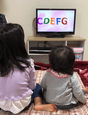 ミライコイングリッシュトライアルDVDを見る子供たち