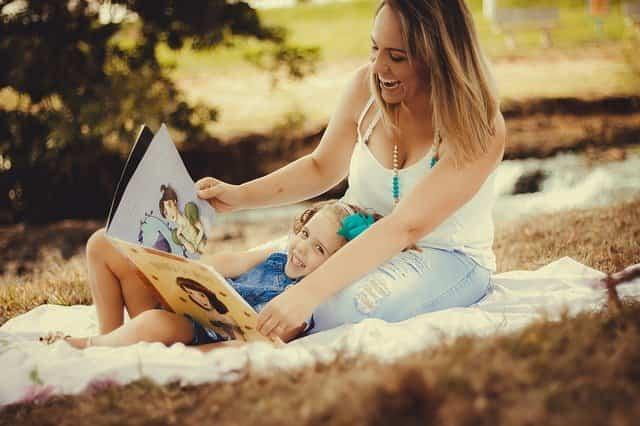 子供と一緒に絵本を楽しむママ